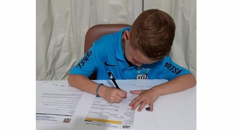 Lukinhas, de apenas 7 anos, assina contrato com o Santos