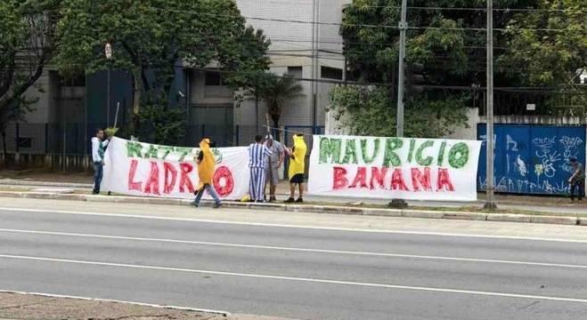 Torcedores realizaram rápido protesto na porta da Academia de Futebol