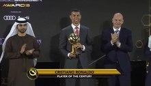 Em cerimônia realizada sem máscara e distanciamento, Cristiano Ronaldo é eleito o melhor jogador do século