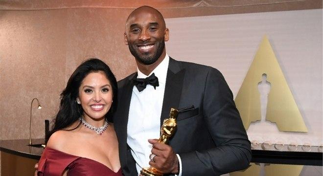 Kobe e a esposa Vanessa na cerimônia do Oscar