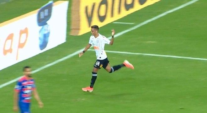 Pedrinho comemora gol do Corinthians contra o Fortaleza