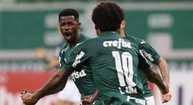 Ramires briga por uma vaga com Patrick de Paula no meio de campo do Palmeiras