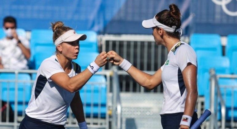Laura Pigossi e Luisa Stefani nas quadras de tênis em Tóquio 2020