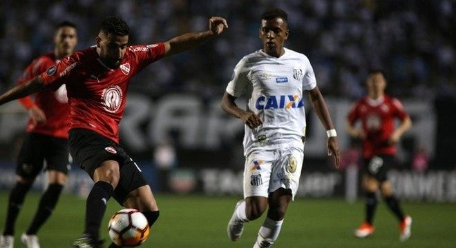 No campo, Santos e Independiente ficaram no 0 a 0, mas argentinos avançaram
