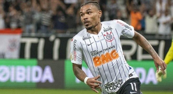 Junior Urso comemora gol marcado contra o Avaí