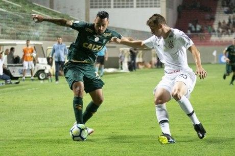 Corinthians foi escalado no 4-2-4, mas não fez gol