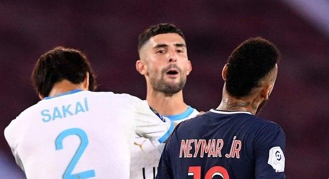 Álvaro González foi agredido por torcedores do Olympique de Marselha, neste sábado (30)