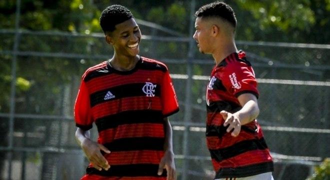 Cauan Emanuel, à direita, comemora um dos gols marcados na Gávea