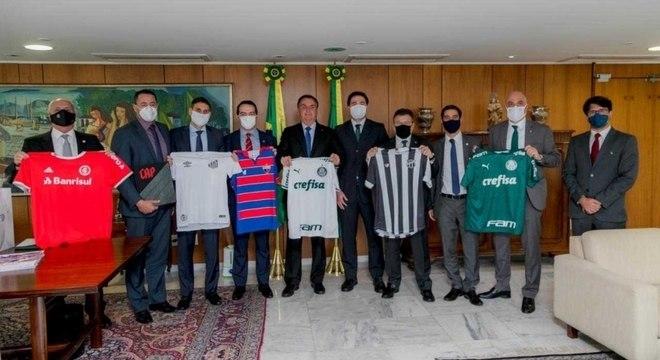 Representantes dos clubes posam com Bolsonaro em Brasília