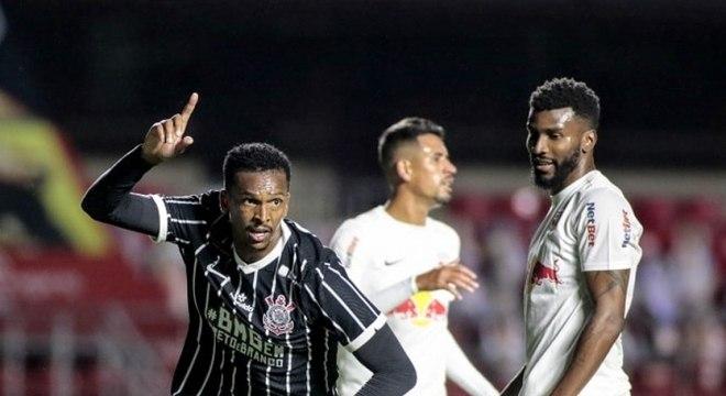 Jô comemora gol marcado em sua reestreia com a camisa do Corinthians