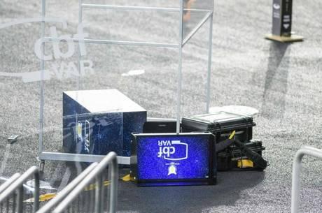 Goleiro chutou suporte do VAR na saída de campo