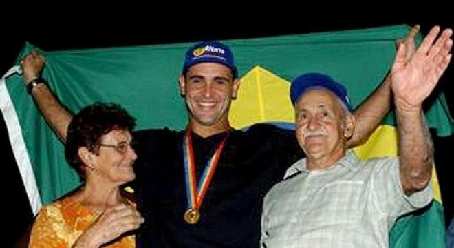 Marcos posa ao lado de seus pais após o pentacampeonato mundial