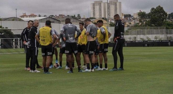 Tiago Nunes durante conversa com jogadores de defesa do Corinthians