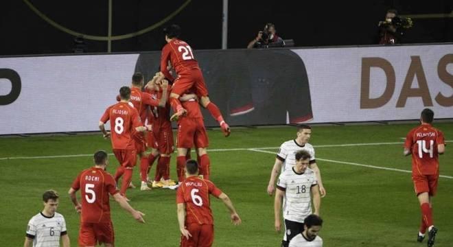 Jogadores da Macedônia do Norte comemoram gol contra a Alemanha