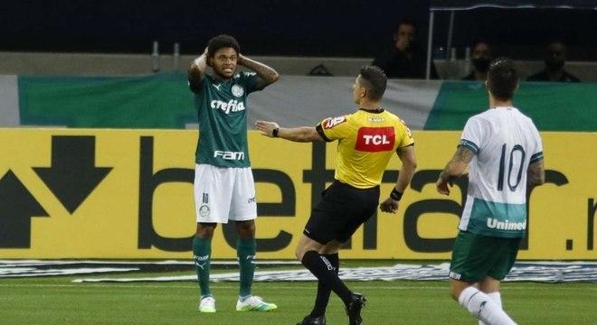 Luiz Adriano entrou no segundo tempo e iniciou jogada do gol