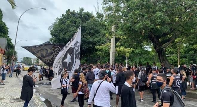 Cerca de mil torcedores do Botafogo foram protestar na sede do clube