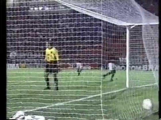 Corinthians 1 x 4 Flamengo em novembro de 2000. Os gols do Rubro-Negro foram de Petkovic, Alex (dois) e Reinaldo.