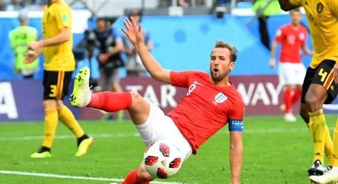 Harry Kane tenta chegar na bola em ataque da Inglaterra contra a Bélgica