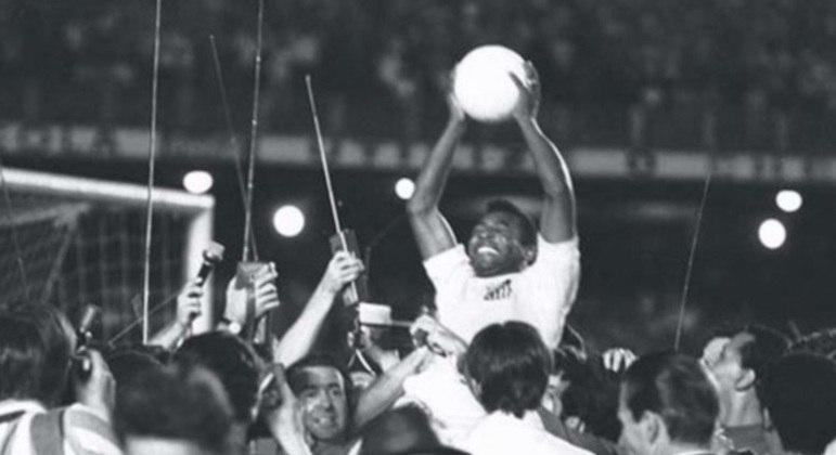 Pelé comemora o gol 1.000 de sua carreira, marcado pelo Santos
