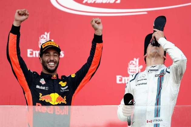 Lance Stroll, em seu primeiro pódio na F1, aproveitou para ser 'batizado'