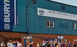 Tradicional clube da Inglaterra, o Bury arcou com a série de suas más administrações. Sem um comprador disposto a saldar suas graves dívidas, o clube foi excluído da Terceira Divisão e deixou de existir