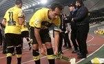 Um dos clubes mais tradicionais da Grécia, o AEK Atenas lidou com rebaixamento em 2013 e se viu mergulhado em dívidas no valor de 170 milhões de euros (por volta de R$ 442 milhões). Decidido a decretar falência, recomeçou da terceira divisão e, aos poucos, foi voltando à elite, até se tornar uma equipe competitiva novamente