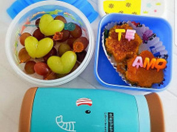 As frutas devem ser incluídas no cardápio diário da criança. Para torná-las mais atrativas, pode ser feita a montagem de bichinhos com frutas e até colocar mel como cobertura para deixá-las mais doces. A mistura de cores das frutas também ajuda a deixar o prato mais atrativo