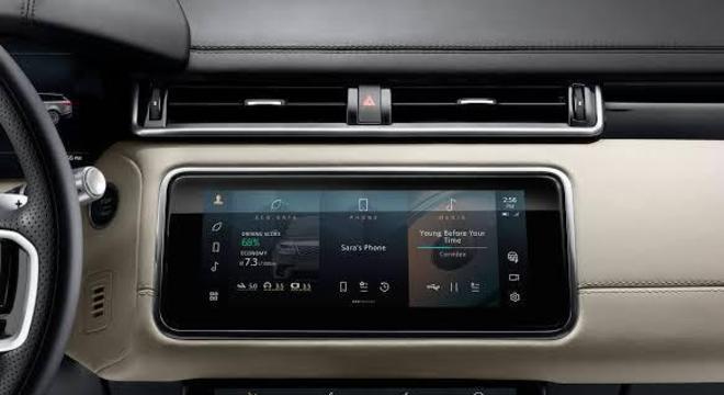 """a Land Rover tem em sua multimídia """"Pivi Pro"""", mapas detalhados e também é possível configurar o carro pelo dispositivo."""