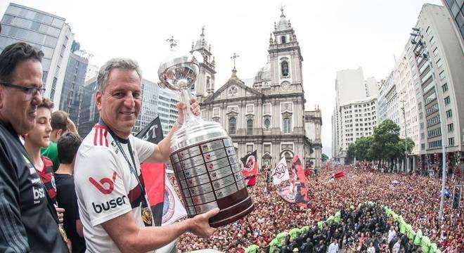 Com a Libertadores e o time supervalorizado, Landim enfrenta a Globo