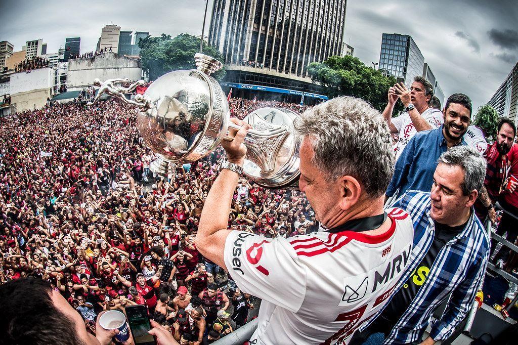 Landim conseguiu a volta do futebol e a volta do público no Brasil. E os ingressos são caríssimos