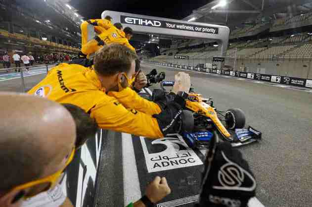 Lando Norris cruza a linha de chegada no quinto lugar.