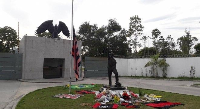 Homenagens foram feitas na porta do Ninho do Urubu