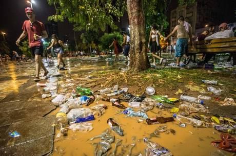 Largo da Batata acumulou lixo após o fim dos blocos