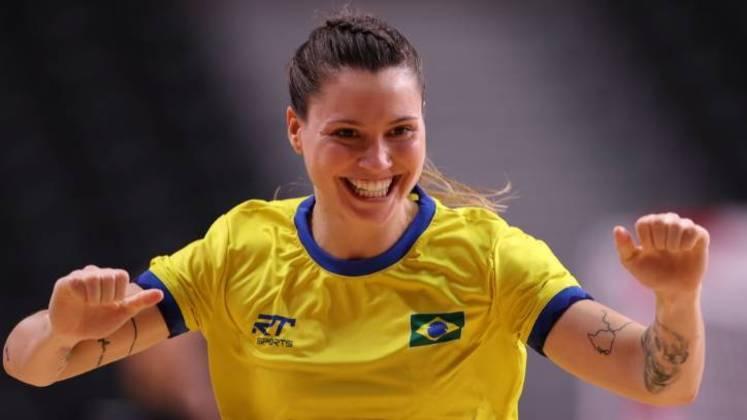 Larissa Araujo mostrou carisma e deixou as tranças em evidência nesta foto registrada enquanto ela comemorava um gol feito na partida contra a Hungria