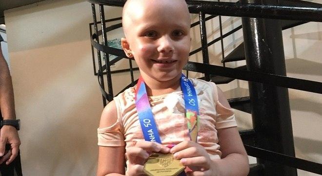 Com a medalha nas mãos, Larissa foi só alegria pelo título do São Paulo