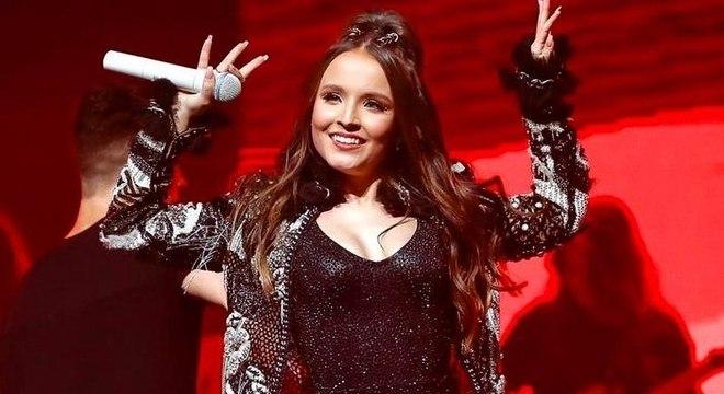 Larissa Manoela, 18, afirmou utilizar fralda em seus shows