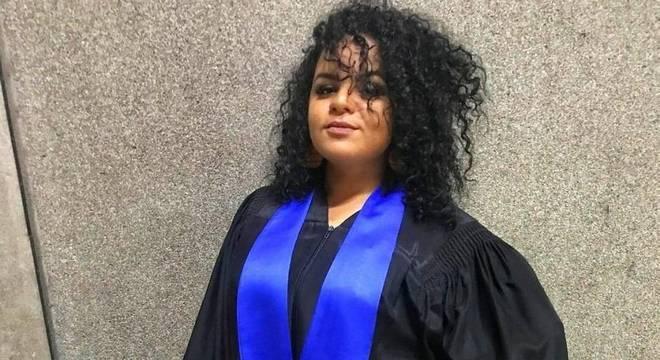 Larissa se formou em marketing na semana passada, e, apesar das dificuldades, vê o diploma como um trunfo para conseguir vaga
