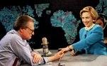 Com um novo penteado, a primeira Lady Hillary Rodham Clinton mostra sua aliança de casamento para Larry King da CNN, no dia 5 de maio de 1994 em Washington