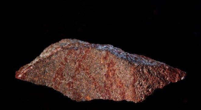 Linhas vermelhas na lasca de pedra formam o desenho mais antigo já encontrado