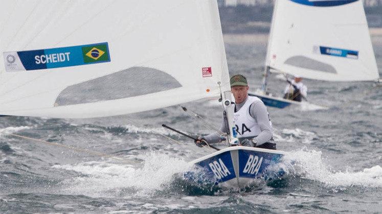 LASER - Lenda da vela no Brasil, Robert Scheidt disputou a regata das medalhas, mas terminou em 9ª, encerrando a participação em Tóquio com a 8ª posição geral na classe Laser