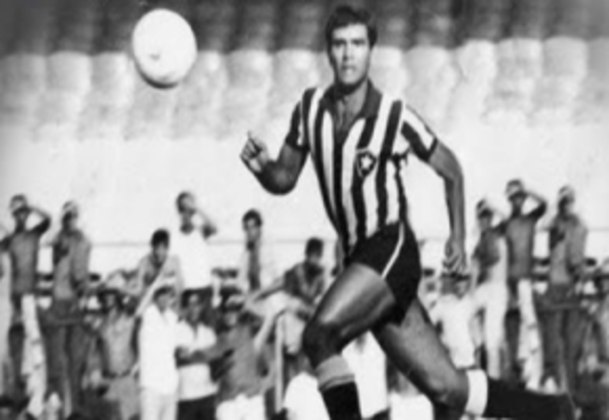 Lateral-esquerdo que tragicamente morreu em campo após um choque com um rival, VALTENCIR vem logo em seguida, com 453 jogos. Pelo clube, foi bicampeão carioca e venceu a Taça Brasil.