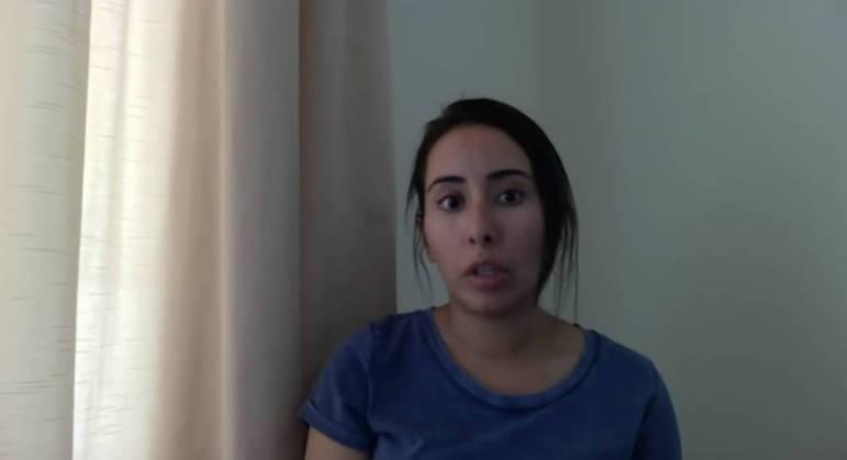 Segundo Latifa, cinco policiais a vigiam do lado de fora e outros dois do lado de dentro