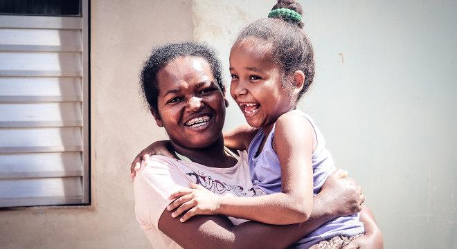 Laudiana Silva Sobral e a filha Jamine, de 6 anos, atendidas pelo Projeto Nova Canaã