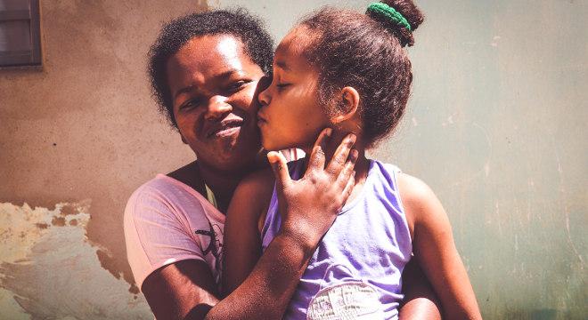 Laudiana e a filha Jamine são gratas ao Projeto, pois têm acesso a educação e alimentação
