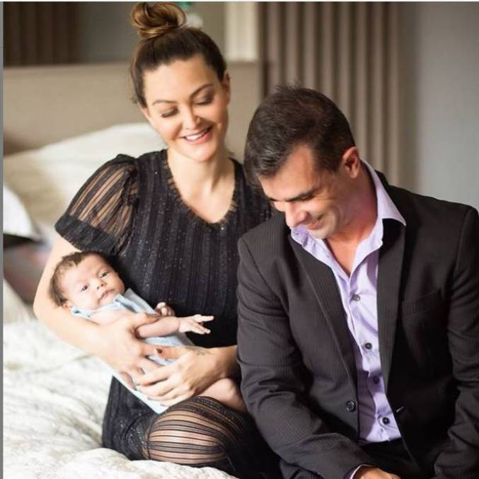 Laura com o filho Jorge Emanuel no colo