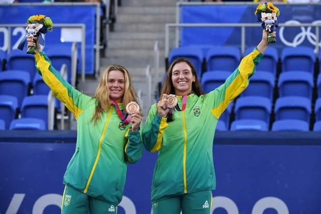 Laura Pigossi e Luisa Stefani celebram a medalha de bronze após a final do tênis em dupla feminino. As brasileiras fizeram história e conquistaram a primeira medalha olímpica do Brasil no tênis.
