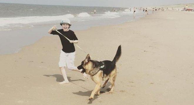 Jovem gosta de curtir a vida na praia e passear com seu cachorro