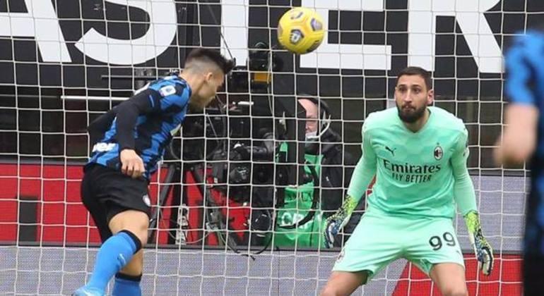 Lautaro Martínez, no momento da testada do primeiro gol da Inter