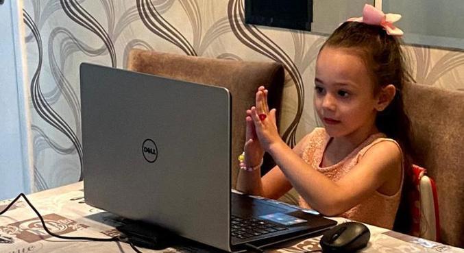 Lavínia Alves, de 5 anos, assistiu aulas virtuais por oito meses