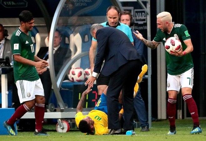 Jogador mexicano se envolveu em confusão com Neymar na última Copa